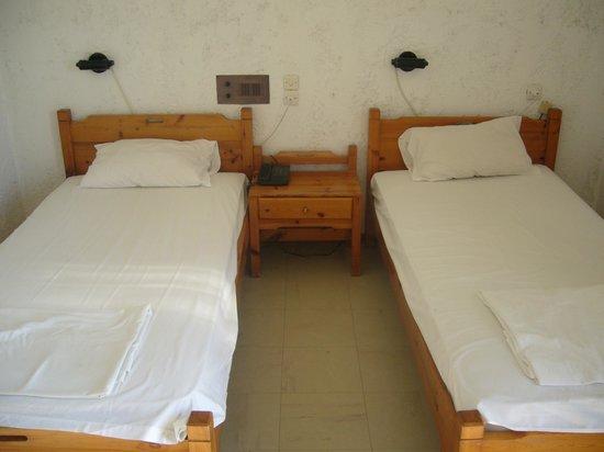 Hotel Alkyonides: постель (под матрасом съемные доски)