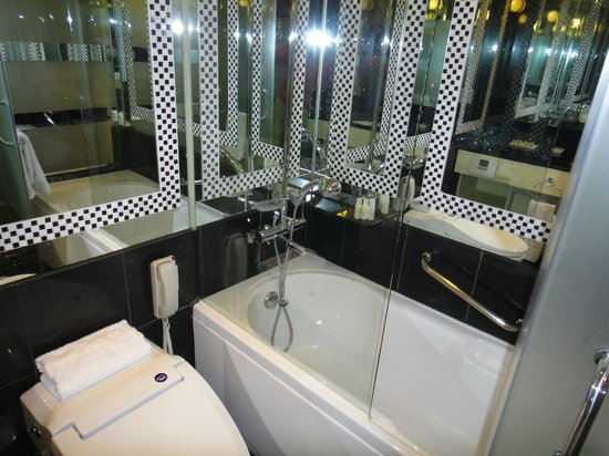 Imperial Palace Seoul: Bathroom with mirrors everywhere