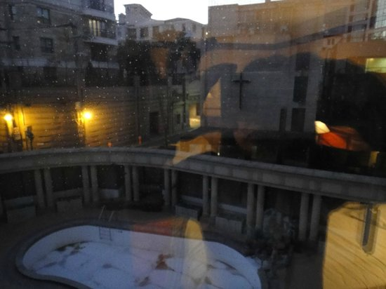Imperial Palace Seoul : Second nite stay - Dec 2012. Empty swimming pool view