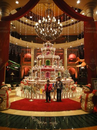 Imperial Palace Seoul: Beautiful decorated at the lobby area in Dec 2012