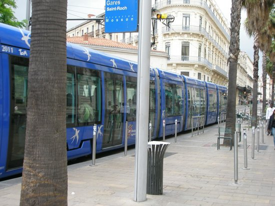 Kyriad Montpellier Centre - Antigone: Остановка трамвая у отеля