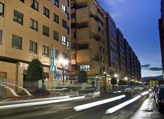 Hotel Playa Poniente: Fachada del hotel,con la entrada principal en una de las calles más dinámicas del centro gijón