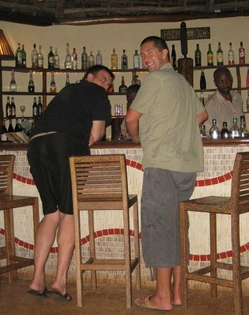 Azanzi Beach Hotel: Boys at the bar...