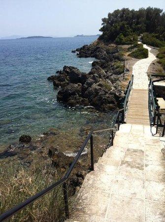 Grecotel Corfu Imperial: Мостик по пути к островку с водными раззвлнчениями