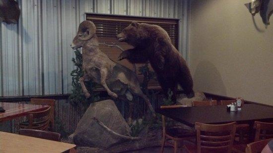 Southern Komfort Kitchen Restaurant & Catering: Bear chasing ram decor