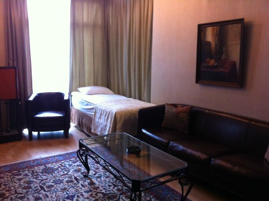 Betsy's Hotel: Comfortable Suite with nice sitting area overlooking the city.