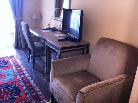 Betsy's Hotel: Standard room with desk, plazma TV, mini bar and comfortable sofa.