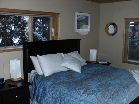 Cozy Cabin Bed and Breakfast: Bedroom view on entering bedroom