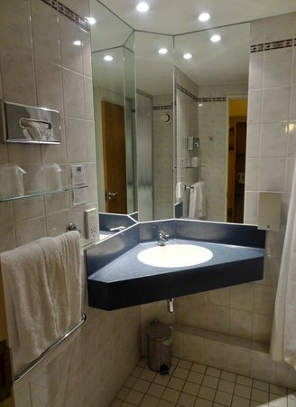Holiday Inn Express London Croydon: Bathroom in the room