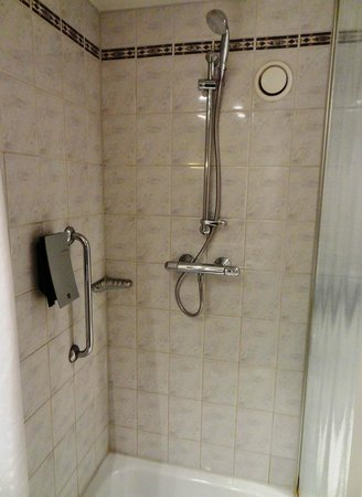 Holiday Inn Express London Croydon: Room - Shower