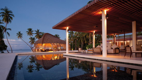 Park Hyatt Maldives Hadahaa : The Dhoni & main pool area