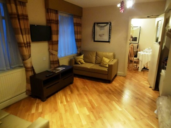Mabledon Court Hotel: Lounge room