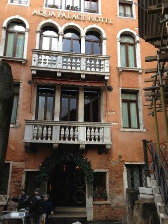 Aqua Palace Hotel: Canal Side Entrance