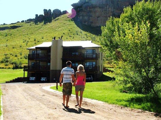 Kiara Lodge: Walking upto our lodge on mountain side