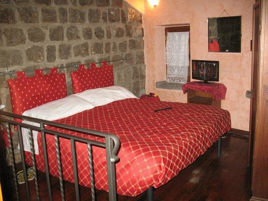 Relais Paradosso: bed was comfortable enough