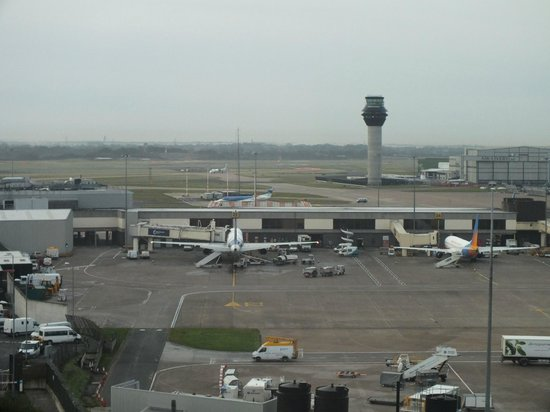 Radisson Blu Hotel, Manchester Airport: Runway and control tower view from room