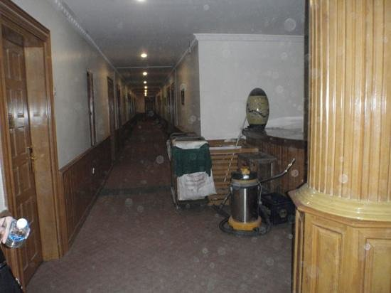 Great Wall Hotel : Junk in our room corridor wasn't moved in 3 days