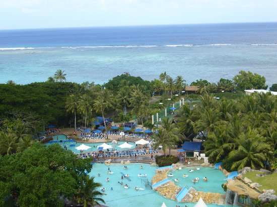 Pacific Islands Club Guam: ロイヤルタワーより見たプールと海