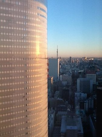 Conrad Tokyo: Tokyo tower from lounge...