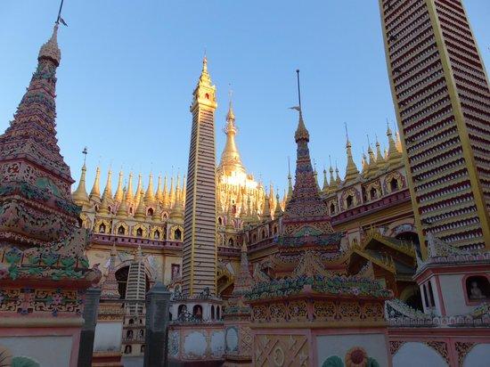 Monywa, Burma: 中央の尖塔