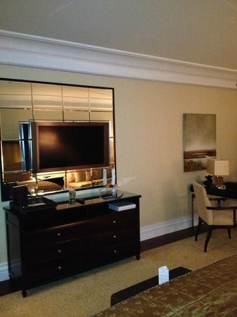 Breidenbacher Hof, a Capella Hotel: TV and mirrors