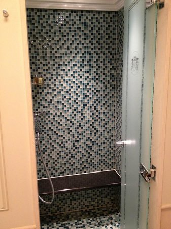 Breidenbacher Hof, a Capella hotel: Shower with funky tiles