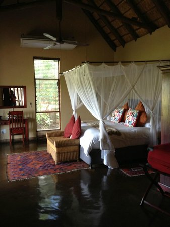 Elephant Plains Game Lodge : bed area
