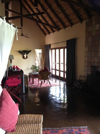 Elephant Plains Game Lodge: Sitting area of room