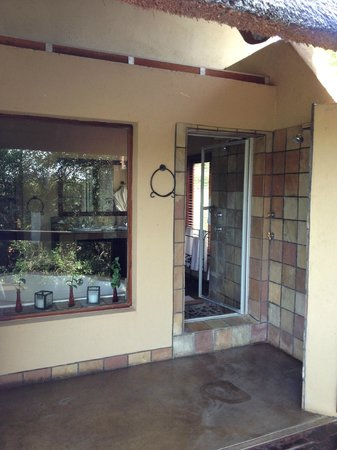 Elephant Plains Game Lodge: outdoor shower
