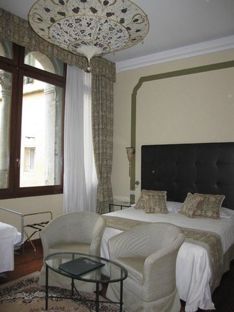 Hotel Le Isole: ファミリールーム(客室は2階・窓から中庭が見えます)
