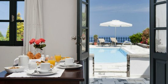 Anthonas Apartments: Breakfast time
