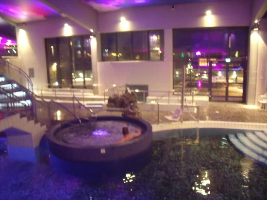 Spa Hotel Levitunturi: spa jacuzzi looking through windows to outdoor hot tubs