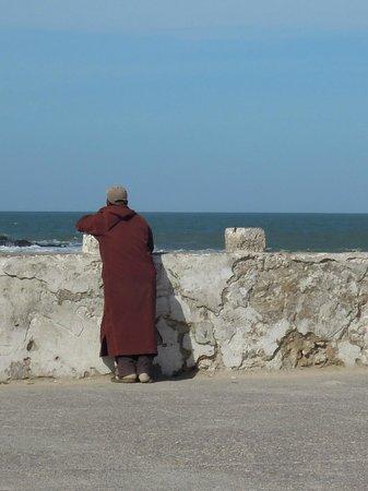 K Rouge Essaouira homme rouge face à la mer - Photo de Médina d'Essaouira, Essaouira ...