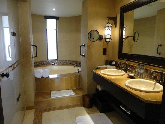 Qasr Al Sarab Desert Resort by Anantara: バスルーム