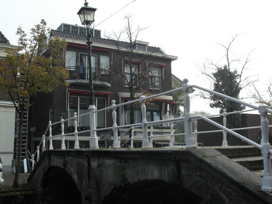 Hotel Leeuwenbrug: Hotel from the canal side