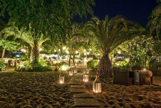 Natura Restaurant: restaurant area at night