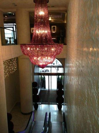 Sofitel Brussels Le Louise: Bellissimo lampadario all'entrata