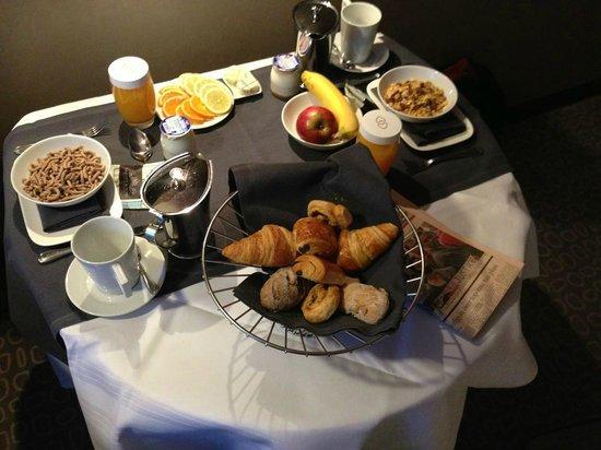 Sofitel Brussels Le Louise: Colazione in camera da 23 euro cad