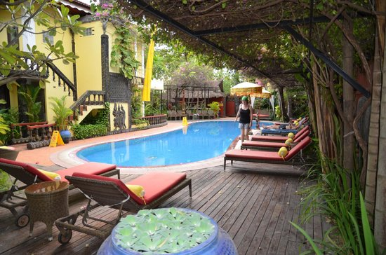 Bopha Angkor Hotel & Restaurant: Pleasant swimming pool. Toilets by the pool are poorly maintained.