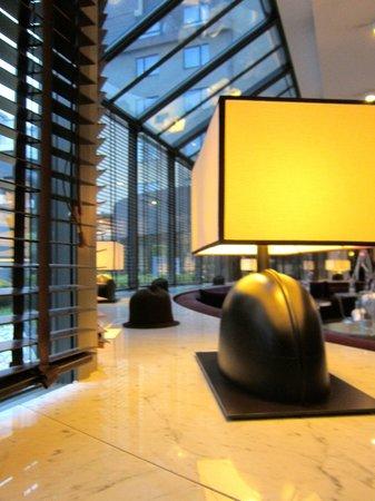 Sofitel Brussels Le Louise: lampade nella hall