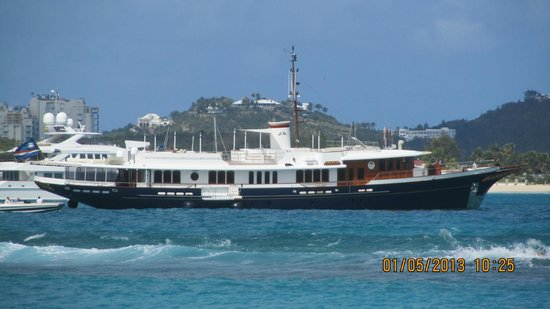Flamingo Beach Resort: So many yachts here but this one was exceptional because you don't see these older ones very oft