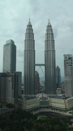 Traders Hotel, Kuala Lumpur: View of the towers out the window