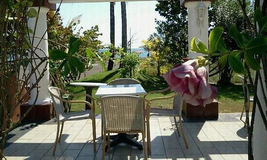 Hotel Las Olas Beach Resort: terrasse de la piscine.