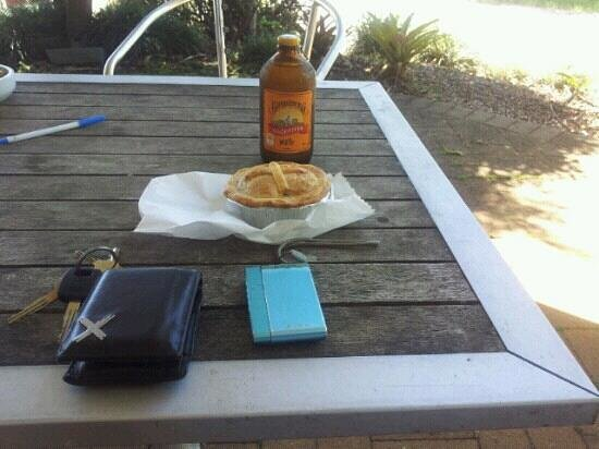 Lake Eacham Roadhouse : My Ginger Beer and Beef Pie. Yum