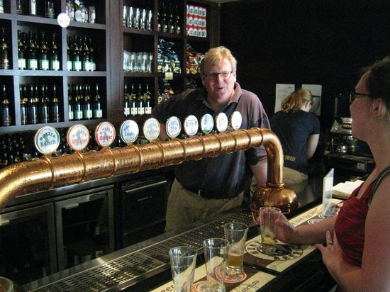 Potters Hotel & Brewery : Brewmaster at the bar
