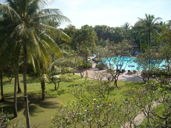 The Regent Cha Am Beach Resort: View of garden and smaller pool from room balcony