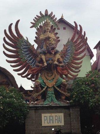 Hotel Puri Rai: statue ds l'hôtel