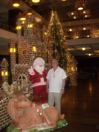 The Regent Cha Am Beach Resort: Ginger bread house in lobby