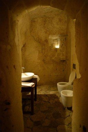Sextantio Le Grotte della Civita: Our candel-litbathroom