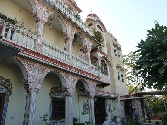 Hotel Madhuban: Front entry